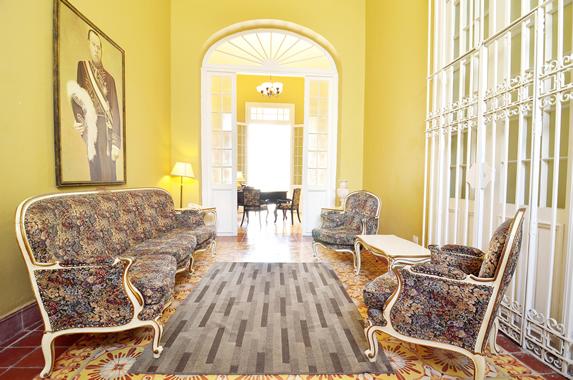 lobby con mobiliario antiguo y cuadros decorativos