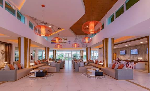 lobby con mobiliario y decoración naranja