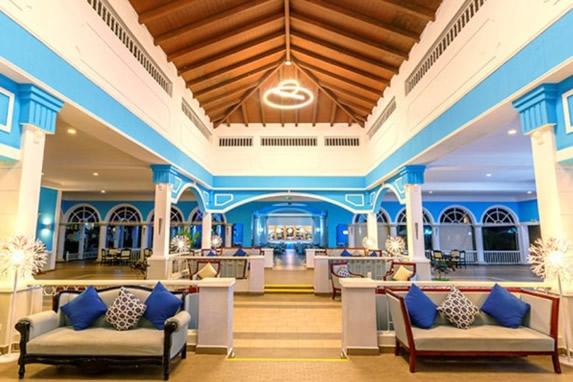lobby con techo de madera y mobiliario