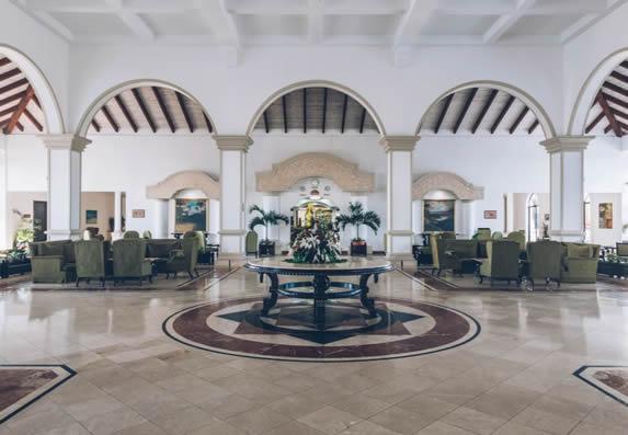 lobby grande con mobiliario y techo de madera