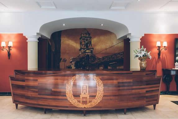 recibidor de madera con decoración colonial