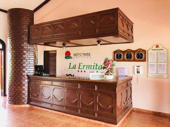 lobby con buró de recepción de madera