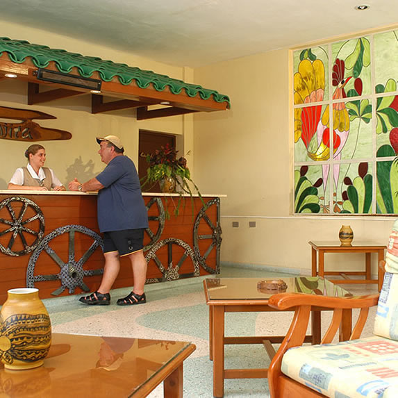 lobby con vitrales de colores y mobiliario