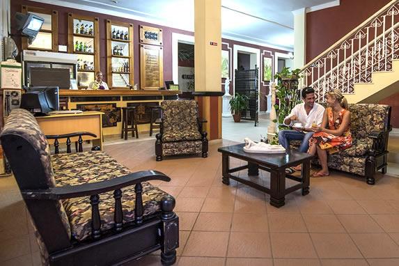 turistas en el lobby con mobiliario de madera