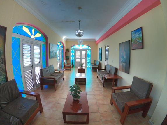 lobby con mobiliario de madera y vitrales