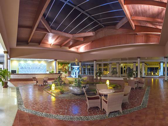 lobby con techo de madera y fuente en el centro