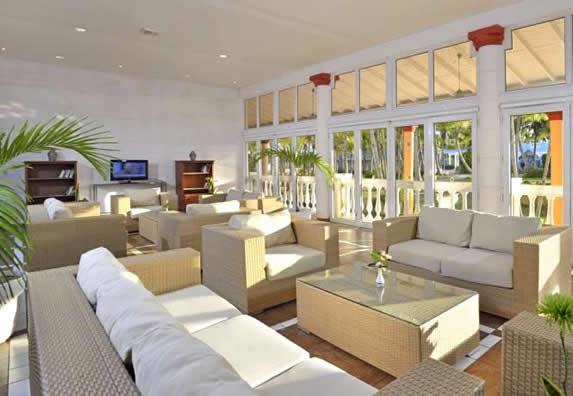 lobby con mobiliario de mimbre