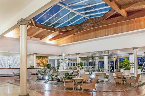 lobby con techo de madera y buró de recepción