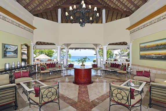 lobby con techo de madera y vista al mar
