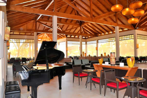 lobby con techo de madera y piano de cola
