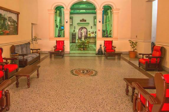 lobby con mobiliario antiguo de madera