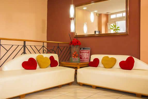 lobby hotel rex con mobiliario blanco y espejo