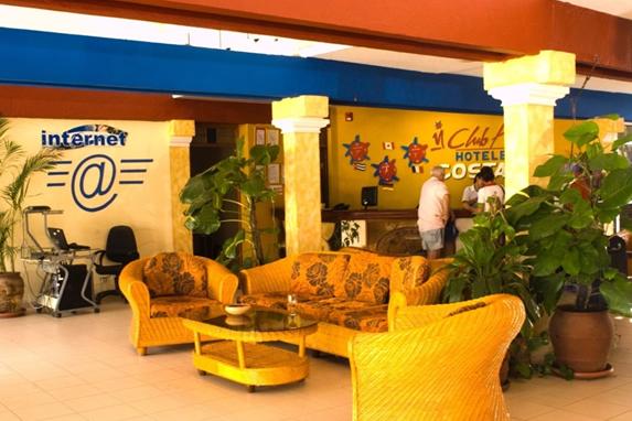 lobby con mobiliario y plantas decorativas