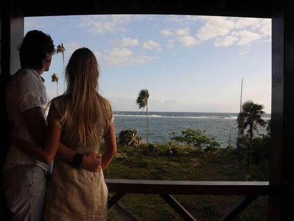 turistas mirando al mar desde el hotel