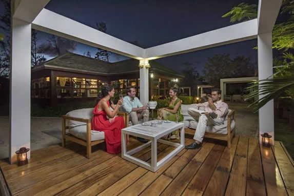 Mesas en las zonas exteriores del hotel