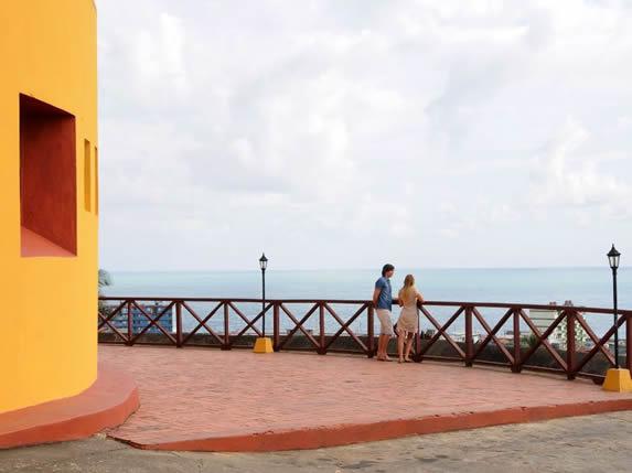 turistas en el mirador del hotel con vista al mar