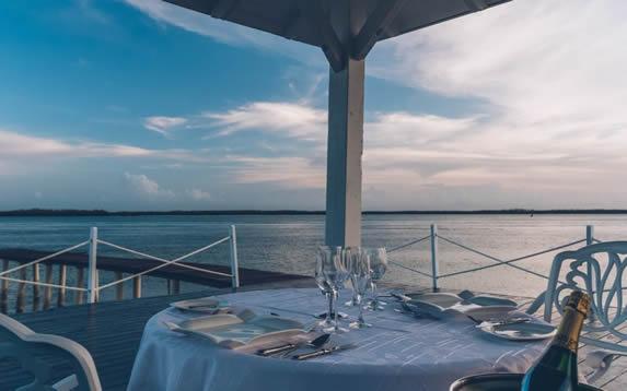 restaurante al aire libre junto al mar