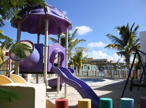 colorido parque infantil con suelo de arena
