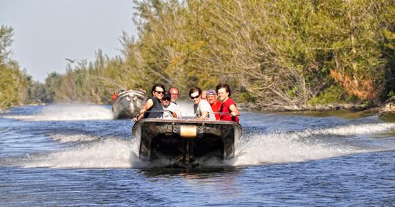 grupo de turistas paseando en lancha por la laguna