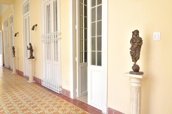 pasillo con pequeñas esculturas de bronce