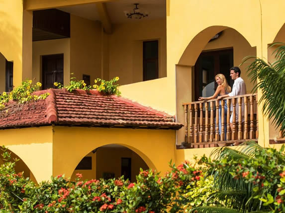 turistas en un balcón mirando al exterior
