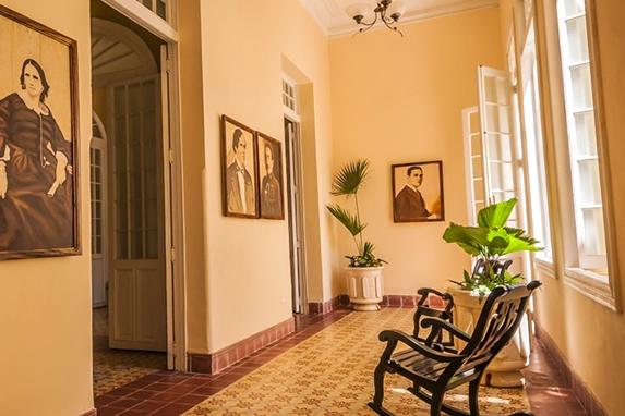 salón con sillones de madera y plantas