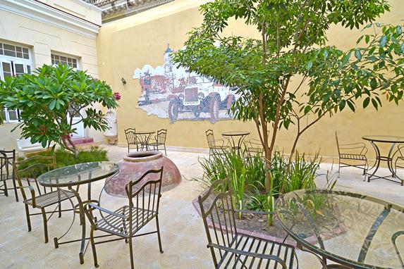 patio interior con vegetación y mobiliario