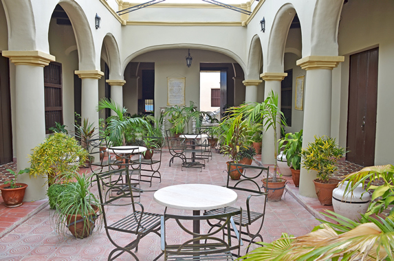 patio interior con mobiliario y vegetación