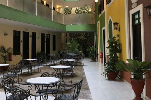 patio interior con mobiliario de hierro y plantas