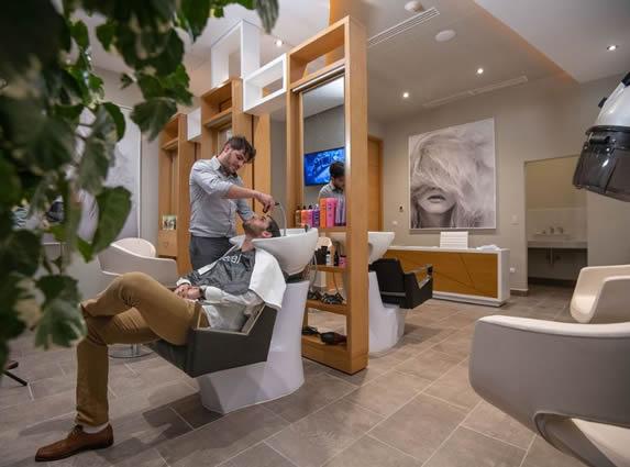 huésped en la peluquería del hotel
