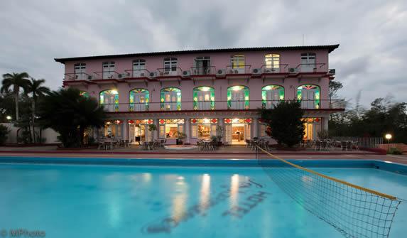 piscina del hotel al atardecer