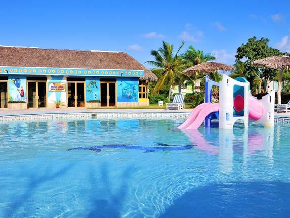 piscina infantil con coloridos juegos para niños