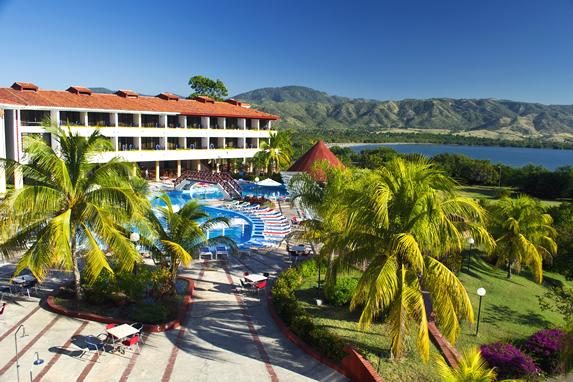 vista aérea de la piscina y la laguna con montañas