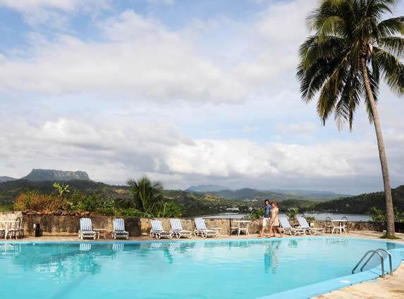 piscina con vista a las montañas