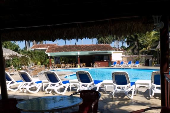 piscina rodeada de tumbonas azules