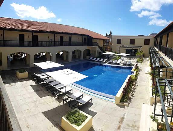 Vista de la piscina del hotel La Popa