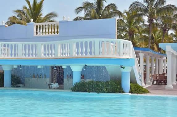 piscina con bar a nivel del agua