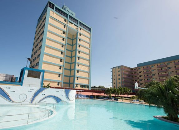 Vista de la piscina del hotel sunbeach