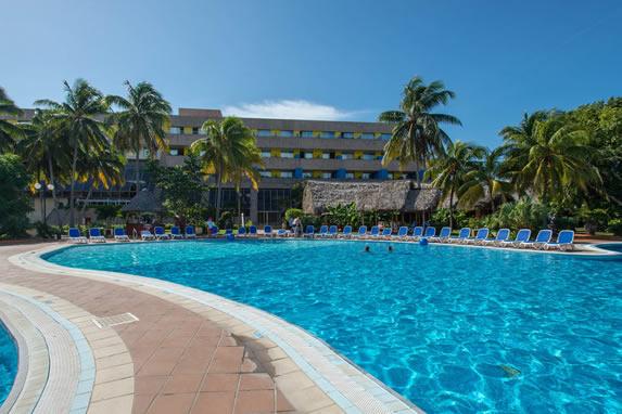 piscina rodeada de palmeras en el hotel Tuxpan