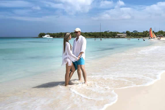 turistas en la playa bajo el cielo azul