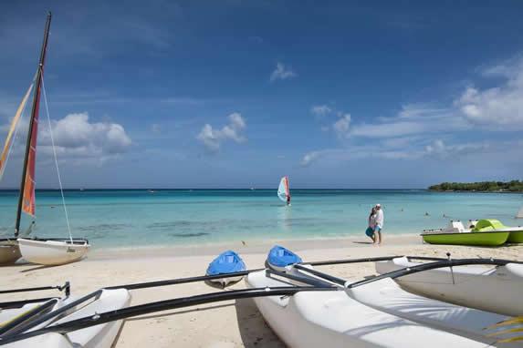 kayaks y catamaranes en la playa