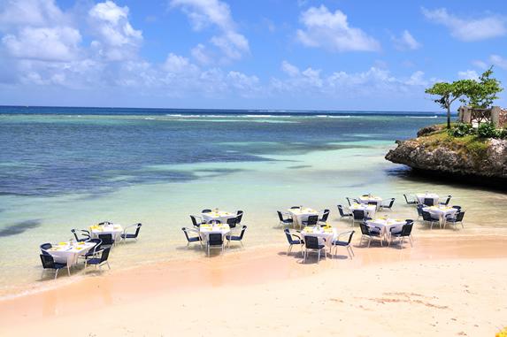 mesas de restaurante en la orilla de la playa