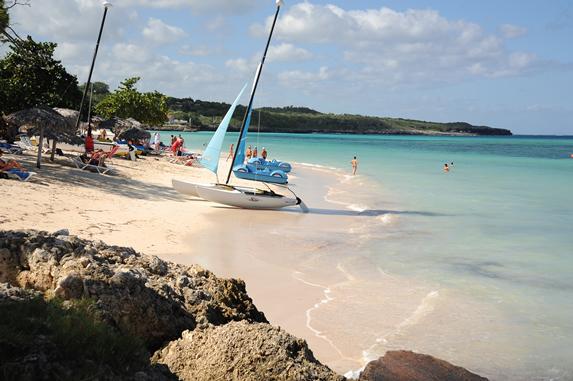 playa con catamarán en la orilla