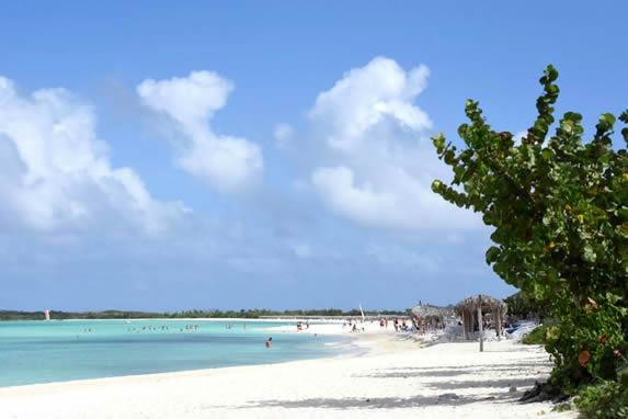 playa de arenas blancas y aguas azules