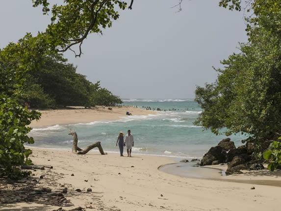 turistas caminando por la playa
