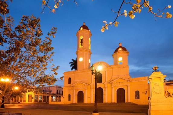 Vista nocturna de la Plaza Jose Marti