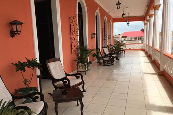 balcones decorados con plantas y muebles antiguos