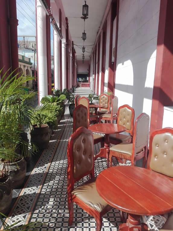 mobiliario de madera en el portal del hotel