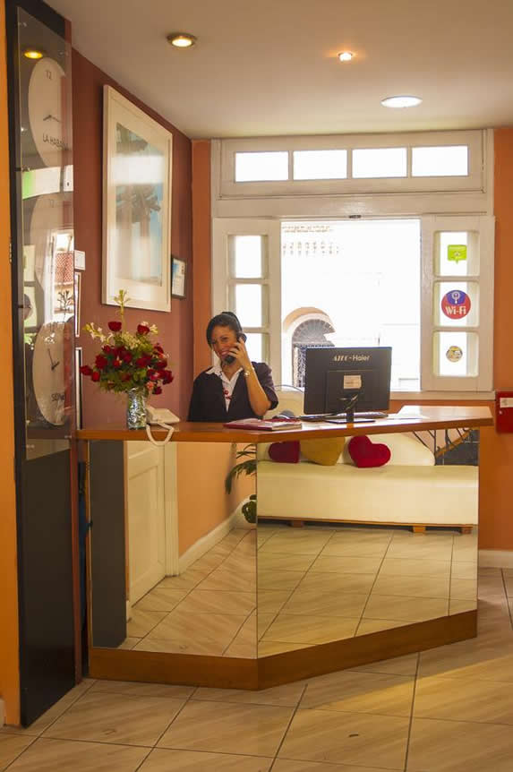 lobby Hotel Rex con buró de recepción con espejo