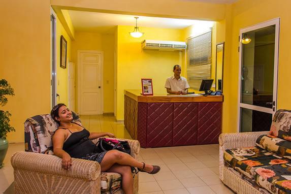 pequeño lobby con mobiliario y buró de recepción